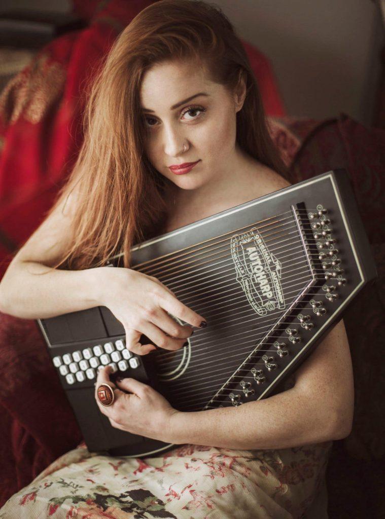 La cantautrice Alessandra Salerno con la sua autoharp